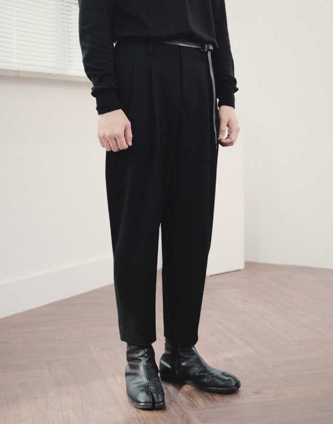 "Two pleats carrot-fit pants ""Black"""